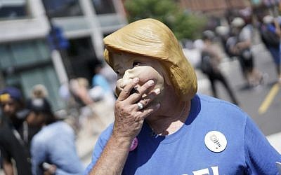 A man walks wearing a Hillary Clinton mask on the second day of the Republican National Convention on July 19, 2016 in Cleveland, Ohio (BRENDAN SMIALOWSKI / AFP)