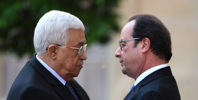 French President Francois Hollande (R) welcomes President of the Palestinian Authority Mahmoud Abbas upon his arrival on July 21, 2016 at the Elysee Presidential Palace in Paris. (AFP Photo/Pool/ Stephane de Sakutin)