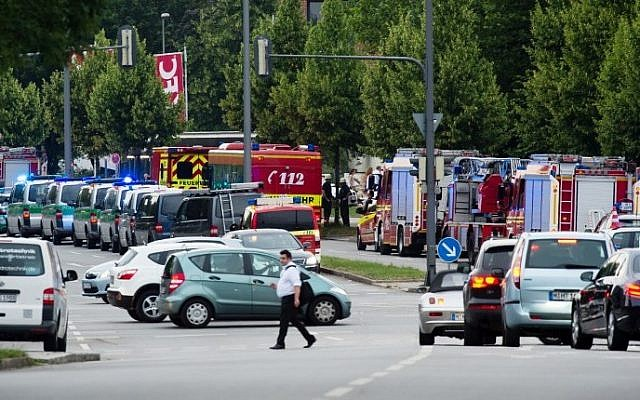 Police and firefighters near a shopping mall, during shooting on July 22, 2016 in Munich, Germany. (AFP Photo/dpa/Matthias Balk)