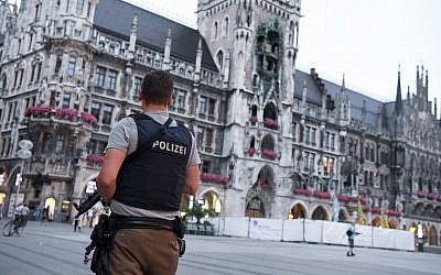 A policeman stands guard at the Marienplatz square in Munich, southern Germany, on July 22, 2016, after a deadly attack at the Olympia-Einkaufszentrum shopping center in the Bavarian capital. (AFP PHOTO/dpa/Sven Hoppe )
