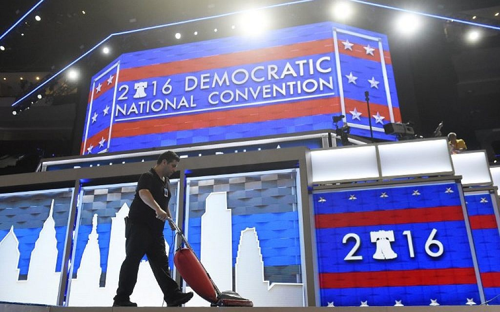 A worker vacuums the stage prior to the start of Day 1 of the Democratic National Convention at the Wells Fargo Center in Philadelphia, Pennsylvania, July 25, 2016. (AFP/SAUL LOEB)