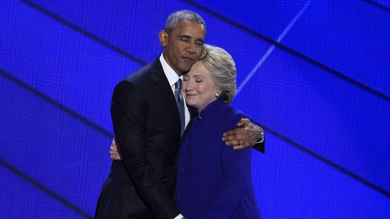 US President Barack Obama and Democratic presidential nominee Hillary Clinton embrace on stage during Day 3 of the Democratic National Convention at the Wells Fargo Center, July 27, 2016 in Philadelphia, Pennsylvania. (AFP PHOTO / SAUL LOEB)