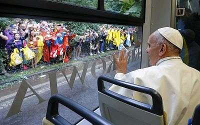 Pope Francis waves to faithfuls as he rides a tram to Blonia Park on July 28, 2016 in Krakow to open the World Youth Days (WYD) (AFP PHOTO / POOL / STEFANO RELLANDINI)