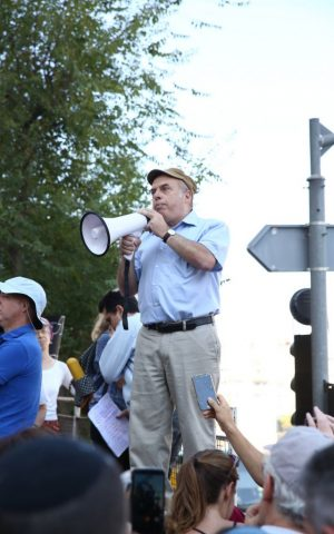Head of the Jewish Agency Natan Sharansky fights for a 'strengthened connection between world Jewry and Israel' at a July 6, 2016 demonstration in support of the conversions of New York Rabbi Haskel Lookstein. (Ezra Landau)