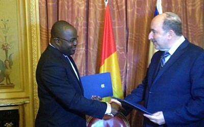 Foreign Ministry director-general Dore Gold signs a deal to restore diplomatic ties with Guinea on July 20, 2016 (Foreign Ministry)