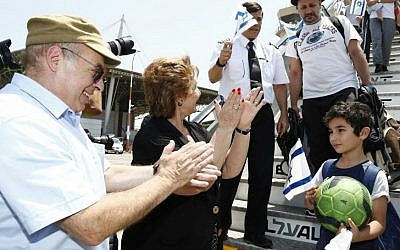Jewish Agency Chairman Natan Sharansky and Minister of Aliyah and Immigrant Absorption Sofa Landver welcome more than 200 French Jews who immigrated to Israel aboard a special Jewish Agency Aliyah flight, July 20, 2016.  (Nir Kafri for The Jewish Agency for Israel)