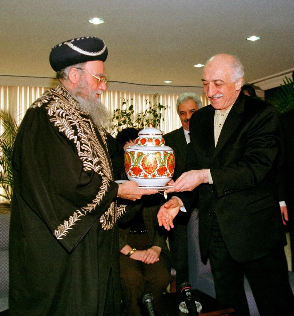 Chief Rabbi of Israel Eliyahu Bakshi Doron, left, gives a vase as a gift to Islamic scholar and spiritual leader Fetullah Gulen during his visit to Istanbul on Wednesday, Feb. 25, 1998. (AP/Murad Sezer)