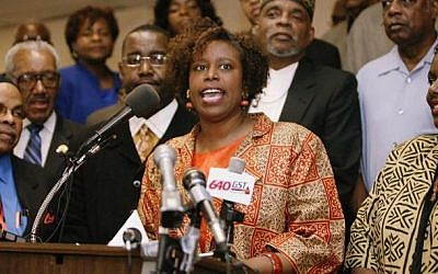 Cynthia McKinney speaking to the press, 2006. (Wikimedia)