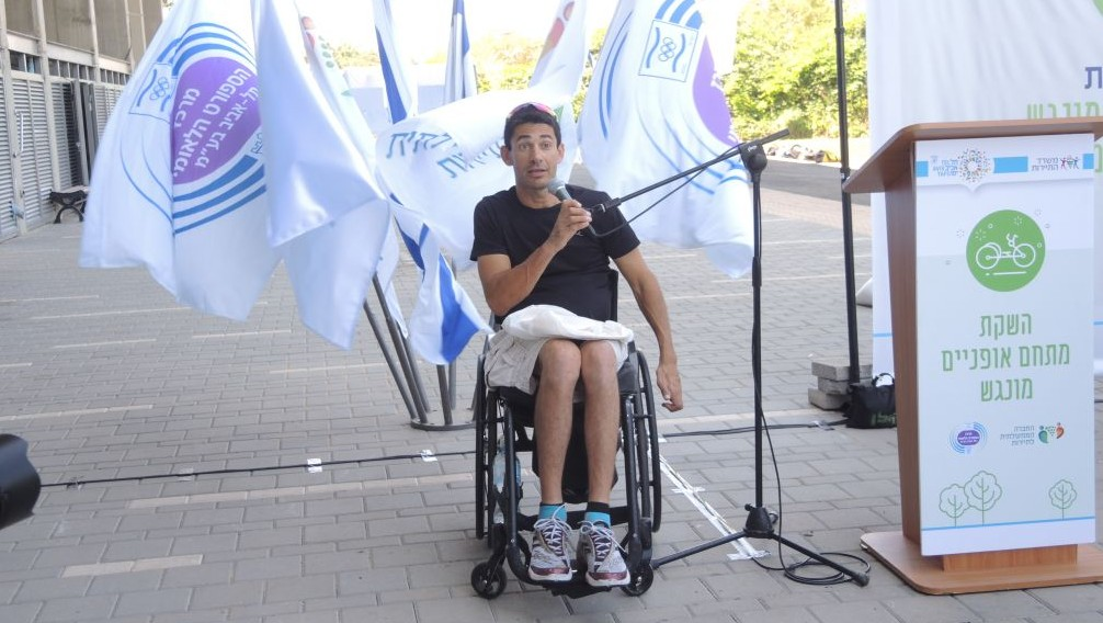 Koby Lion, 40, a silver medalist at the London 2012 Paralympics in the hand cycle time trial event, at the dedication of the Accessible Cycling Complex in Tel Aviv on July 28, 2016. (Melanie Lidman/Times of Israel)