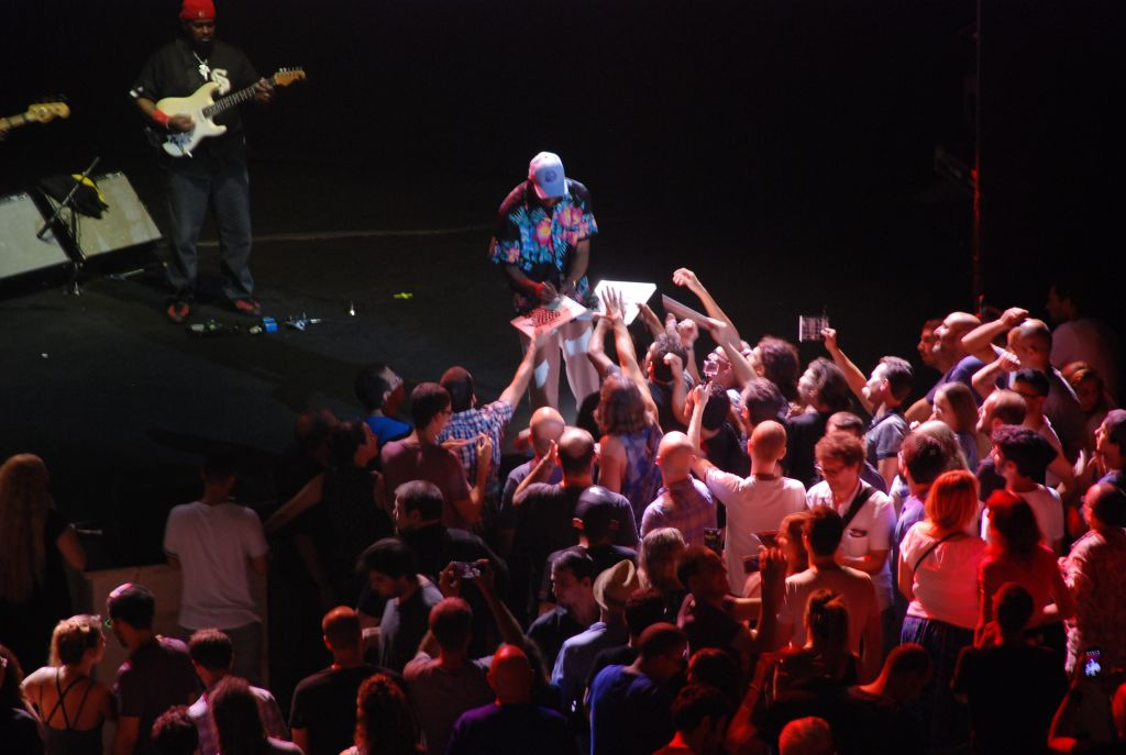 Despite the lack of an encore, Buddy Guy spent a remarkable amount of time signing autographs and giving guitar picks to fans after the final number. (Miriam Nahum/Times of Israel)