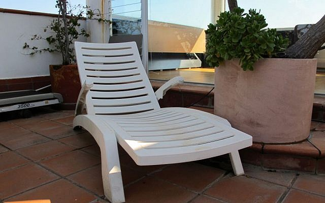 A reclining beach chair produced by Keter. (Public Domain/Wikimedia)