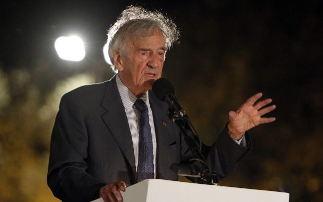 Nobel Prize winner Elie Wiesel speaks at an award ceremony held at the Israel Museum in Jerusalem,  August 31, 2010. (Miriam Alster/Flash90)