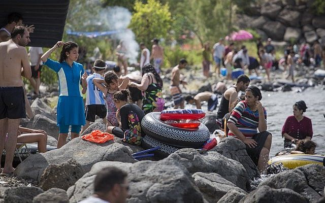 Israelis try to enjoy the crowded beaches of the Sea of Galilee during the Passover holiday on April 26, 2016. (Hadas Parush/Flash90)
