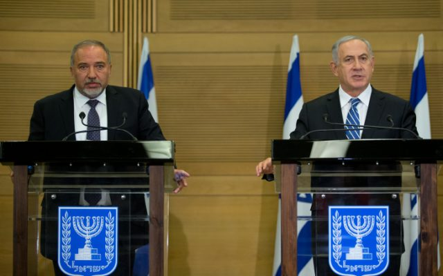 Prime Minister Benjamin Netanyahu and Defense Minister Avigdor Lieberman hold a joint press conference on May 30, 2016. (Yonatan Sindel/Flash90)