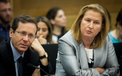 Opposition leader Isaac Herzog and Zionist Union MK Tzipi Livni  at the Knesset, on June 20, 2016. (Miriam Alster/Flash90)