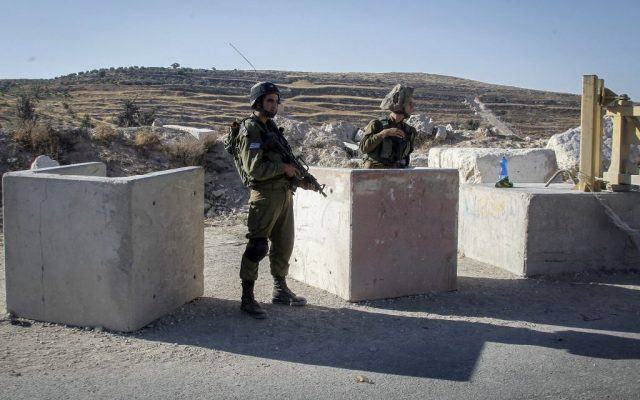Illustrative: IDF soldiers man a checkpoint near the West Bank city of Hebron, on July 2, 2016. (Wisam Hashlamoun/Flash90)