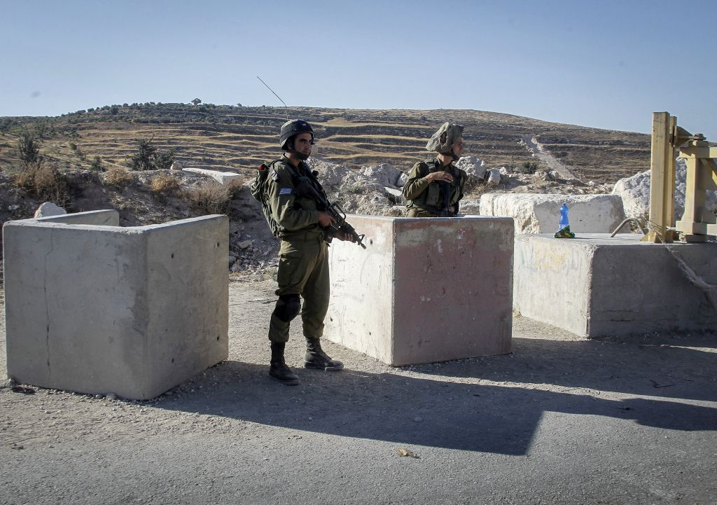 near hebron Israeli soldiers invaded, on friday at dawn, hebron city in the southern part of the occupied west bank, deir samit, beit ummar and beit awwa nearby towns, searched many homes and stores, abducted four palestinians, including three siblings, and confiscated silver media sources said dozens of soldiers invaded deir.