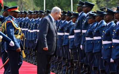 Prime Minister Benjamin Netanyahu inspects an honor guard in Nairobi, Kenya, on July 5, 2016 (Kobi Gideon / GPO).