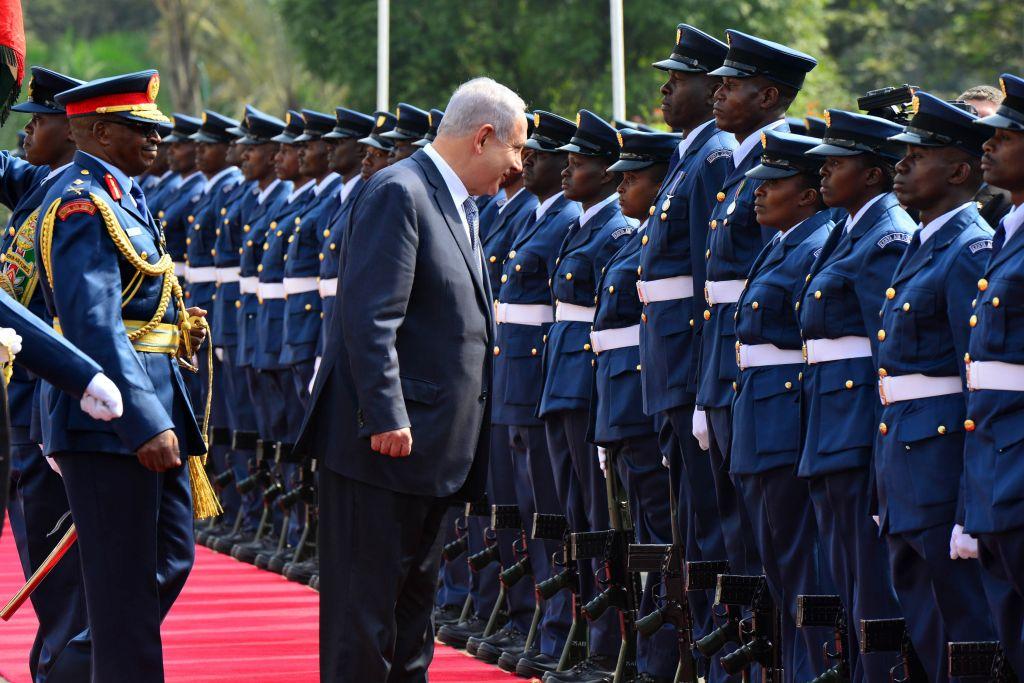 Prime Minister Benjamin Netanyahu inspects an honor guard in Nairobi, Kenya, on July 5, 2016 (Kobi Gideon / GPO).