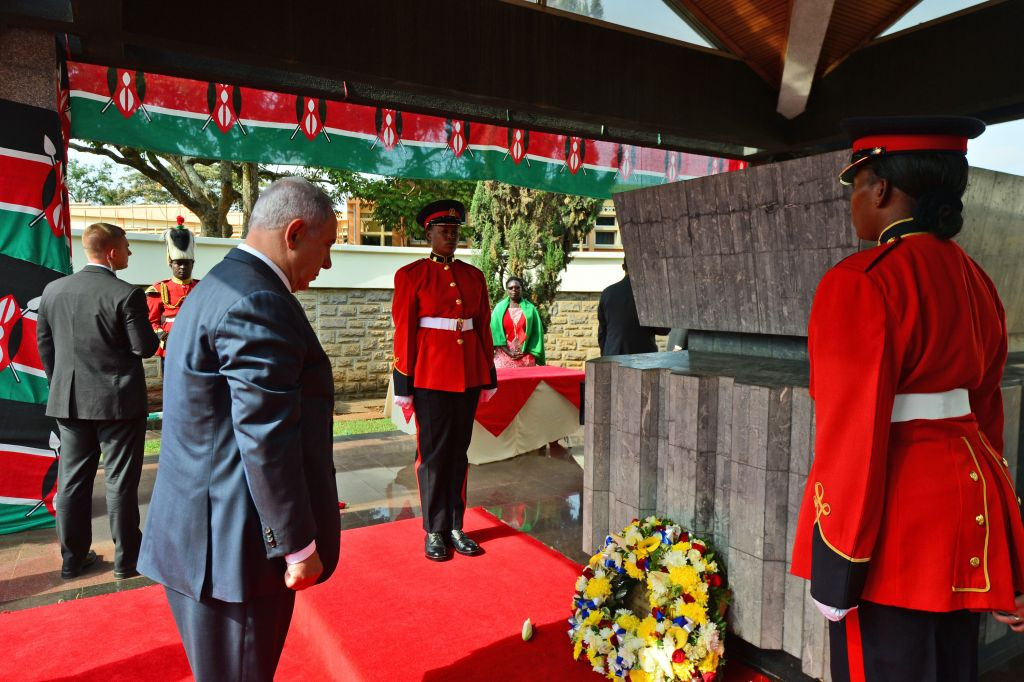 Prime Minister Benjamin Netanyahu lays a wreath at the grave of Kenya's founder, Yoma Kenyatta, the current president's father, in Nairobi on July 5, 2016 (Kobi Gideon / GPO).