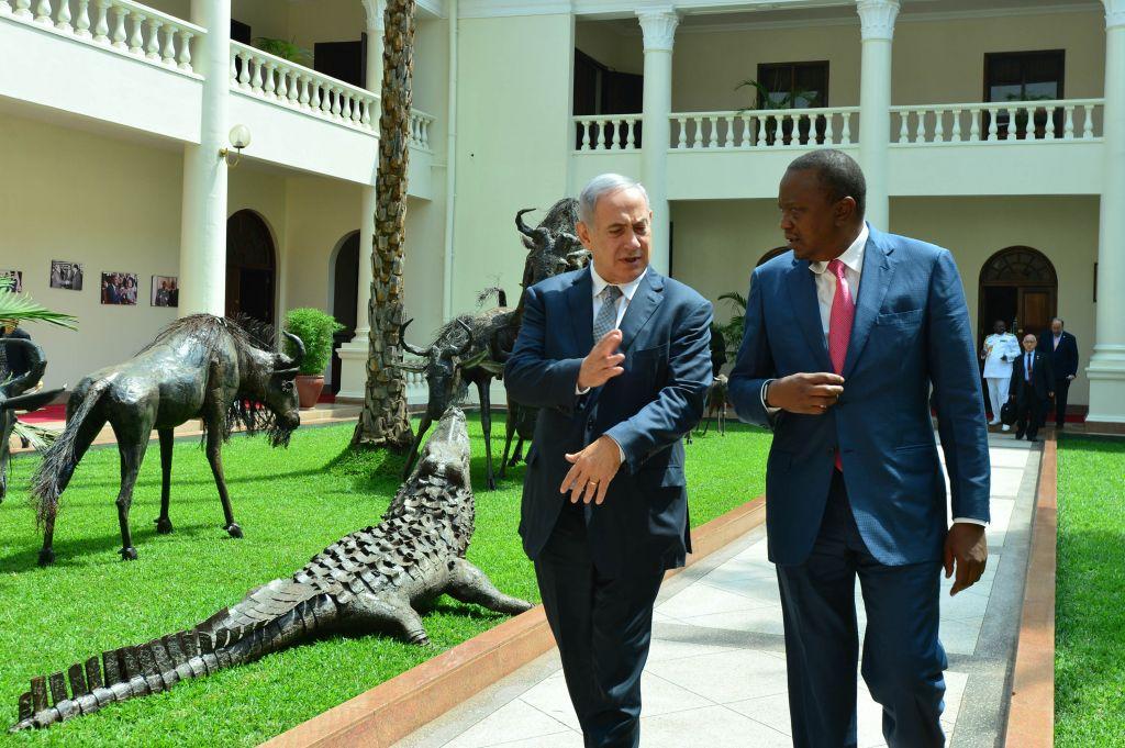 Prime Minister Benjamin Netanyahu meets President of Kenya, Uhuru Kenyatta, in Nairobi, Kenya, on July 5, 2016. (Kobi Gideon/GPO)