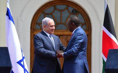 Prime Minister Benjamin Netanyahu (left) meets Kenyan President Uhuru Kenyatta in Nairobi on July 5, 2016. (Kobi Gideon/GPO)