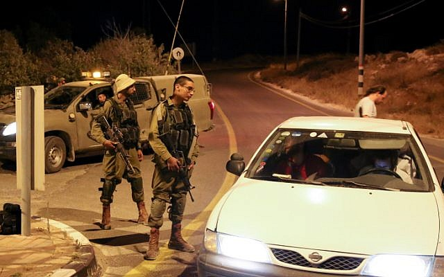 File: Israeli soldiers block the exit to the settlement of Efrat following a shooting attack in the area on July 9, 2016. (Gershon Elinson/Flash90)