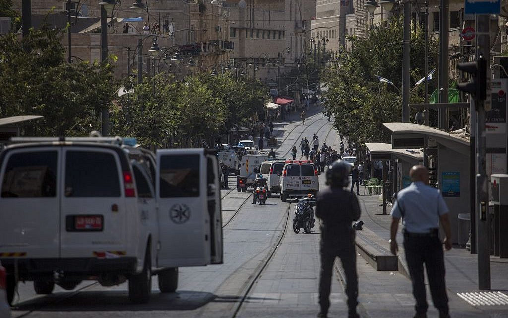 Police at the light rail stop in central Jerusalem where a would-be attacker was found with explosives in his bag, on July 17, 2016. (Hadas Parush/Flash90)