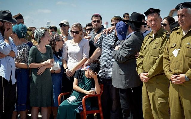 Family and friends mourn at the funeral of 20-year-old IDF lone soldier Shlomo Rindenow, on July 18, 2016. (Ben Drori/FLASH90)