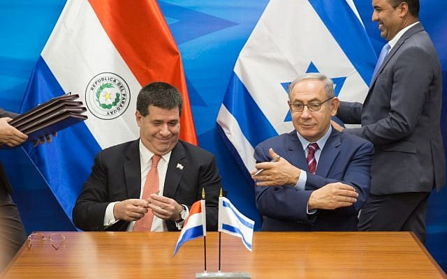 Prime Minister Benjamin Netanyahu (right) meets with Paraguay President Horacio Cartes at the Prime Minister's Office in Jerusalem, July 19, 2016. (Emil Salman/Pool)