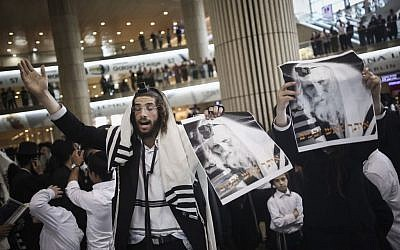 Ultra orthodox Jewish men gather to pray during a demonstration in support of Rabbi Eliezer Berland before his arrival to the Ben Gurion Airport in Tel Aviv, on July 19, 2016. (Photo by Yonatan Sindel/Flash90)