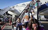 New immigrants from North America land at Israel's Ben Gurion airport after a Nefesh B'Nefesh chartered flight from New York, July 19, 2016. (Yossi Zamir/Flash90)