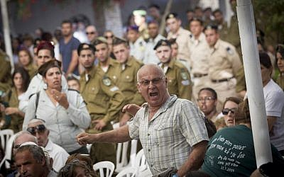 Yoram Tal, whose soldier son Omri was killed in the 2014 Gaza war, heckles Prime Minister Benjamin Netanyahu at a ceremony marking two years since the conflict at Mount Herzl military cemetery in Jerusalem on July 26, 2015. (Miriam Alster/Flash90)