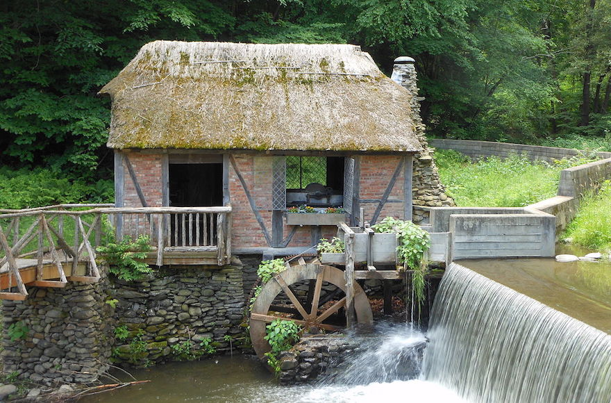 The mill wheel at the historic Gomez Mill House in Newburgh, New York. (Wikimedia Commons via JTA)