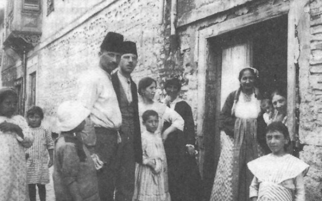 Jewish family from Thessaloniki, Greece seen in 1917. (Wikimedia Commons)