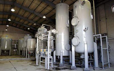 The interior of the Arak heavy water production facility in Arak, 360 kms southwest of Tehran, Iran, October 27, 2004 . (AP Photo/Fars News Agency)
