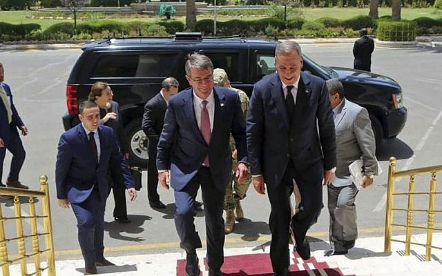 Visiting US Defense Secretary Ash Carter, center left, accompanied by the Iraqi Defense Minister Khaled al-Obeidi, center right, arrives to the Ministry of Defense in Baghdad, Iraq, Monday, July 11, 2016 (AP Photo)