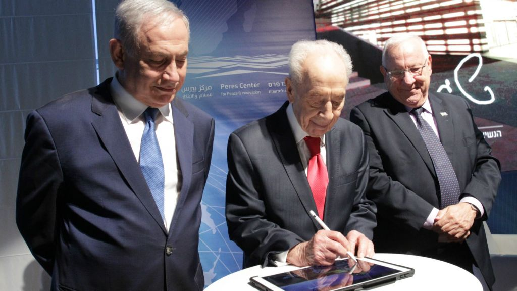Shimon Peres (Center) with Benjamin Netanyahu (Left) and Reuven Rivlin at cornerstone ceremony of the Israeli Innovation Center, July 21, 2016 (Courtesy)