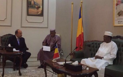 Foreign Ministry Director-General Dore Gold (left) meets with the president of Chad, Idriss Déby (right), in the presidential palace in the city of Fada, in the heart of the Sahara desert, July 14, 2016. (Courtesy Foreign Ministry)