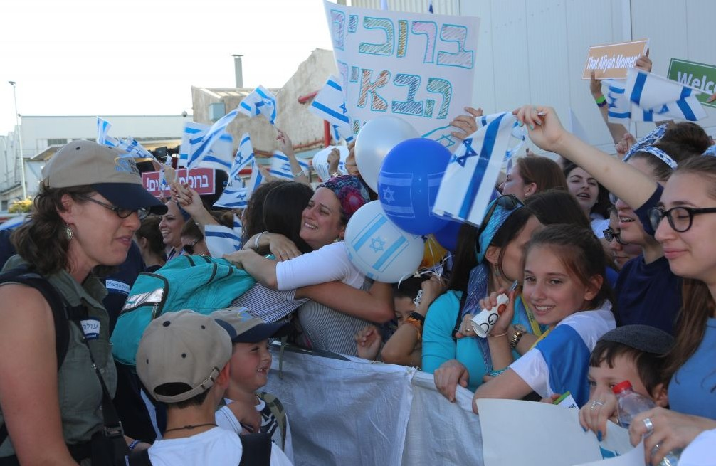 Hundreds of well-wishers welcome 218 new immigrants from North America who flew to Israel on a Nefesh B'Nefesh chartered flight, July 19, 2016. (Shahar Azran)