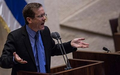Opposition leader Isaac Herzog speaks at the Knesset after Question Time with Prime Minister Benjamin Netanyahu, July 18, 2016. (Hadas Parush/FLASH90)