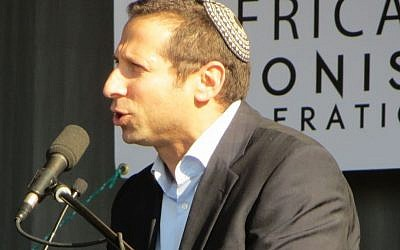 Zev Krengel at pro-Israel rally, Johannesburg August 2014 (Ilan Ossendryver)