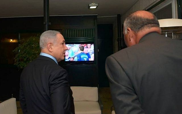 Prime Minister Benjamin Netanyahu and his guest, Egypt's Foreign Minister Sameh Shoukry watch the Euro 2016 final from Paris at the Prime Minister's Residence in Jerusalem, July 10, 2016 (Haim Zach / GPO)
