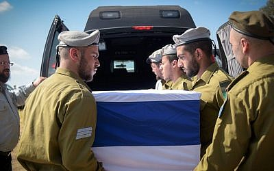 About 500 people attended the funeral of American-born soldier Sgt. Shlomo Rindenow, July 18, 2016. (Ben Drori/FLASH90)