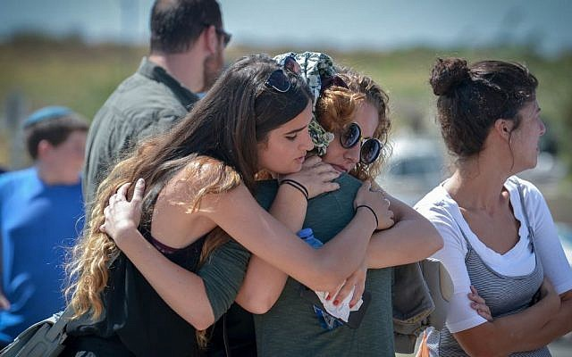 Family and friends mourn at the funeral of Sgt. Shlomo Rindenow, July 18, 2016. (Ben Drori/FLASH90)
