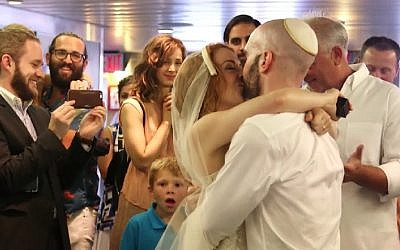 Bethany Hall, Keith Haskel got married aboard the Staten Island ferry on July 8, 2016. (Screenshot/YouTube)
