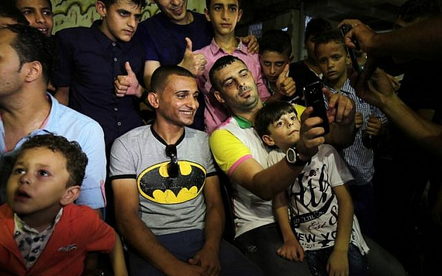 Palestinian singer Adel Meshoukhi, center-left, posing for pictures during a wedding in Rafah in the southern Gaza Strip, July 29, 2016. (AFP/SAID KHATIB)