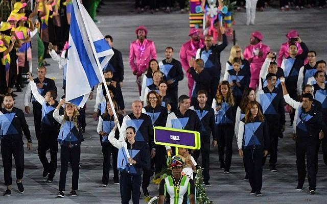 Israel's flagbearer Neta Rivkin leads her delegation during the opening ceremony of the Rio 2016 Olympic Games at the Maracana stadium in Rio de Janeiro on August 5, 2016. (AFP / PEDRO UGARTE)