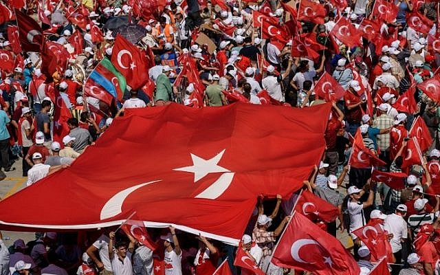 Demonstrators wave Turkish flags on August 7, 2016 in Istanbul during a rally against a failed military coup on July 15. (AFP PHOTO / OZAN KOSE)