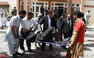 Pakistani lawyers use a stretcher to move an injured colleague after a bomb explosion at a government hospital premises in Quetta, August 8, 2016. (AFP/BANARAS KHAN)